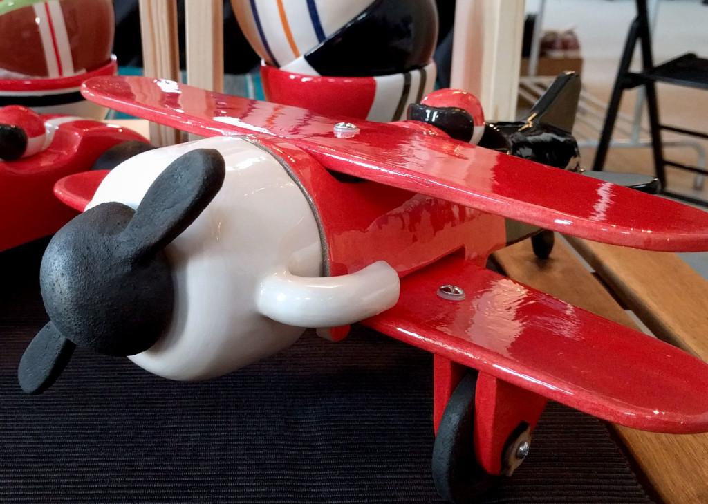 biplano in ceramica con elica e ruote raku